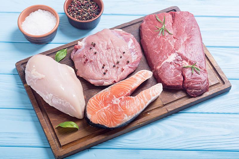 Выбирать свежее мясо и рыбу