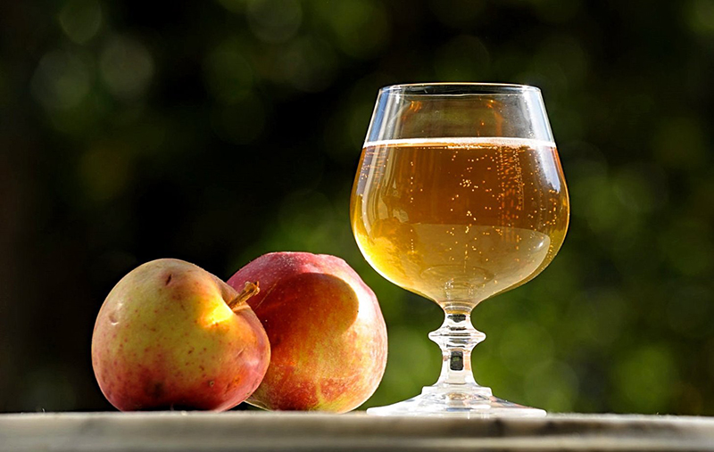 Яблочное вино в бокале