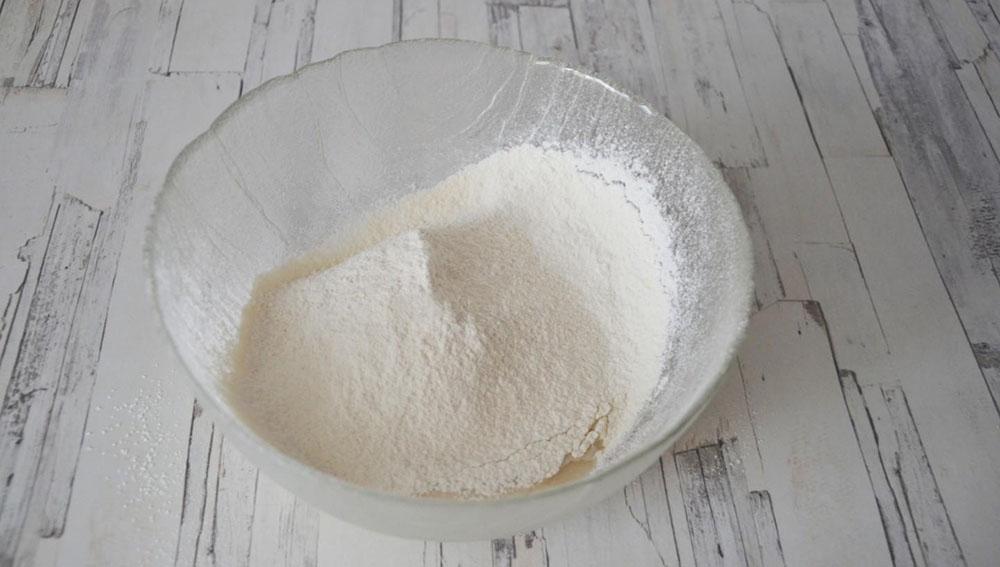 Добавление муки к дрожжам и сахару