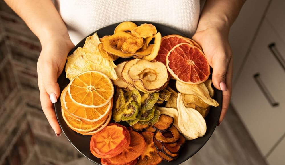 Фруктовые чипсы на тарелке