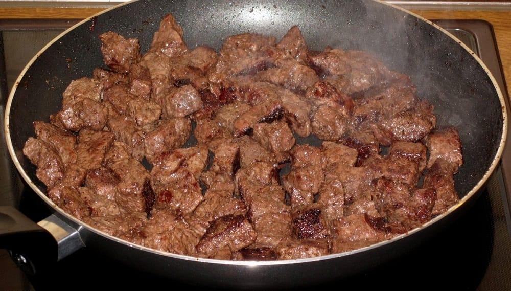 Кусочки говядины на сковороде