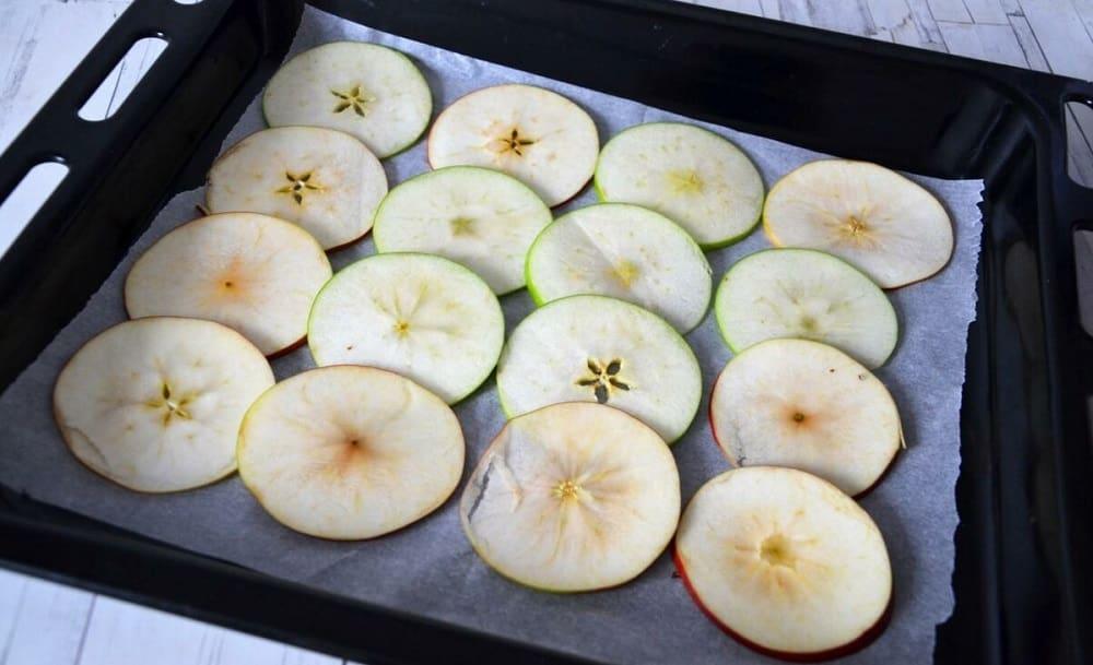 Кусочки яблок на противне