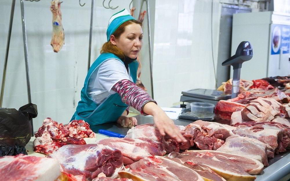 Продавец мяса на рынке