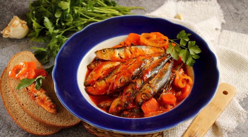 Рыбная тушёнка в томатном соусе на тарелке