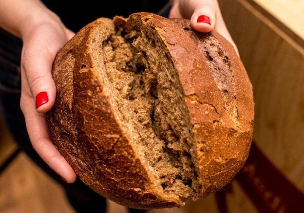 Свежий хлеб в руках