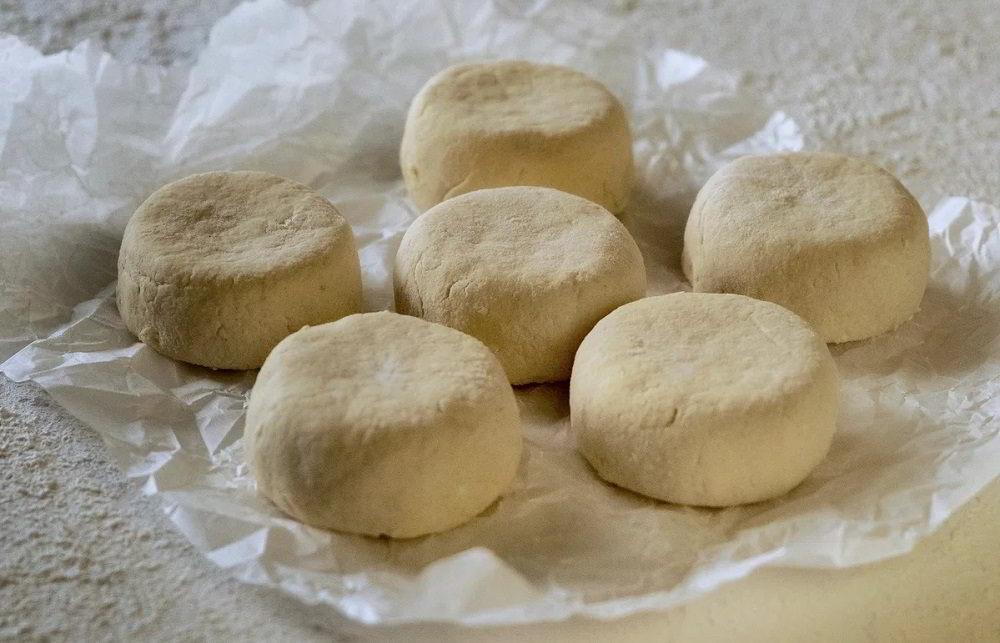Заготовка сырников из творога