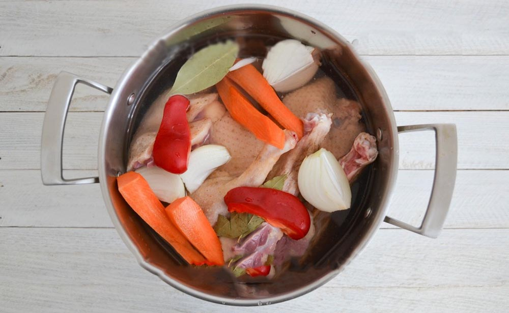 Гусь и овощи в кастрюле