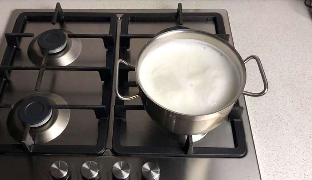 Кипящее молоко на плите
