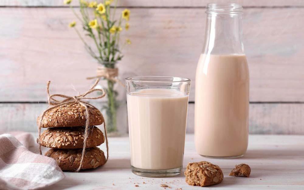 Топлёное молоко на столе